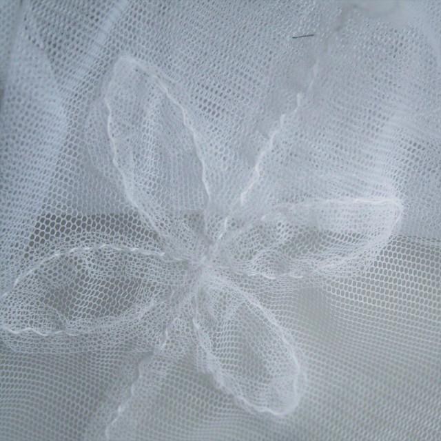 0033 Stretch Tüll mit aufgestickten Blüten in weiß