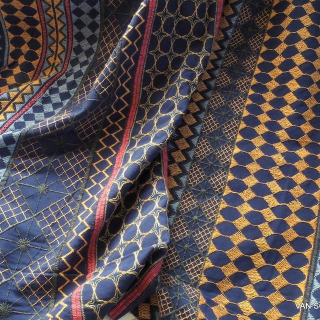Vollbestickter Viskose Stoff in Jeans Optik   Ansicht: Vollbestickter Viskose Stoff in Jeans Optik