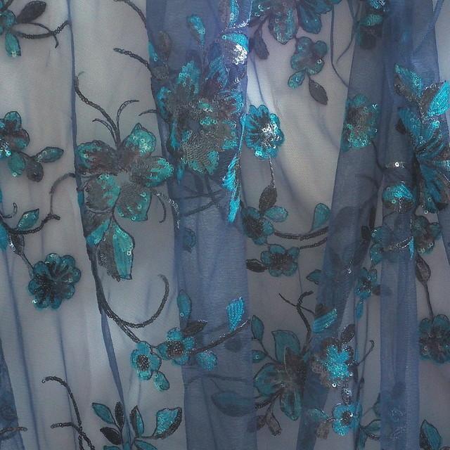 3 Farbige mini Pailletten Blumen-Ranken Spitze auf NavyTüll