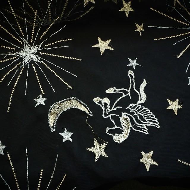 Bestickte Gold / Silber Mond - Sternen + Figuren auf schwarzen Tüll | Ansicht: Bestickte Gold / Silber Mond - Sternen + Figuren auf schwarzen Tüll