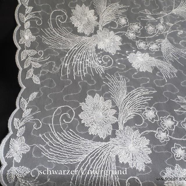 Blätter-Blumen Fantasie  mit mini Pailletten auf weichem Tüll weiß | Ansicht: Blätter-Blumen Fantasie mit mini Pailletten auf weichem Tüll weiß