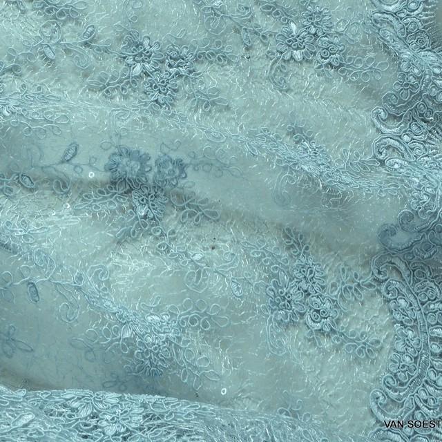 Bleufarbige Bogenspitze mit durchsichtigen Mini Pailletten auf Jacquard Tüll | Ansicht: Bleufarbige Bogenspitze mit durchsichtige Mini Pailletten auf Jacquard Tüll