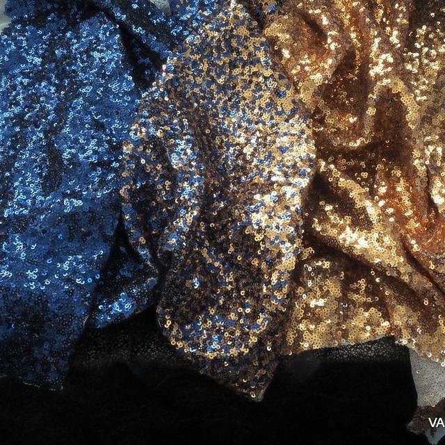 Blickdichtes Gold-Blaues Dégradé aus mini Pailletten auf weißer Stretch Tüll. | Ansicht: Blickdichtes Gold-Blaues Dégradé aus mini Pailletten auf weißer Stretch Tüll.
