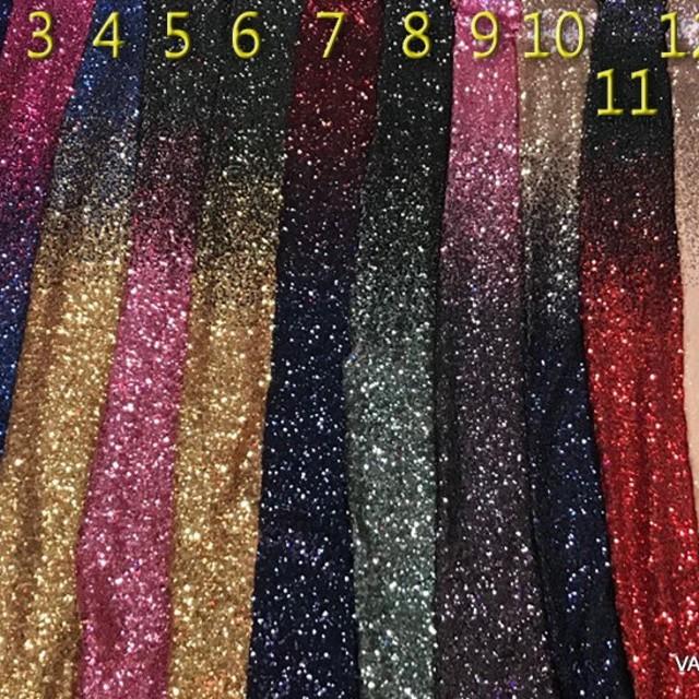 Blickdichtes Gold-Blaues Dégradé aus mini Pailletten auf weißer Stretch Tüll. | Ansicht: 1961 - Blickdichte  Dégradé Pailletten auf weißer Stretch Nylon Tüll - Weitere Farben