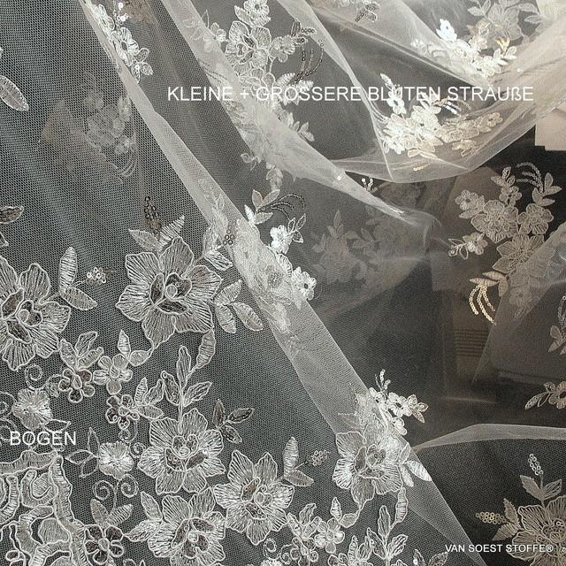 Blumen Spitze auf Tüll in Weiß mit Mini Pailletten in Silber.   Ansicht: Blumen Spitze auf Tüll in Weiß mit Mini Pailletten in Silber