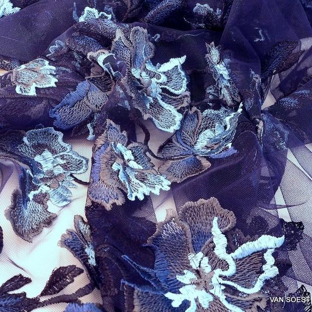 Burda style Blätter Stickerei auf dunkelblauer Stretch Tüll | Ansicht: Burda style Blätter Stickerei auf dunkelblauer Stretch Tüll
