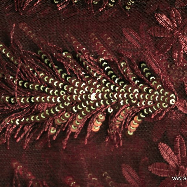 Burgund Farbige Pailletten Franzen und Blümchen Stoff auf feinem Tüll | Ansicht: Burgundfarbige Pailletten Franzen und Blümchen Stoff auf feinem Tüll