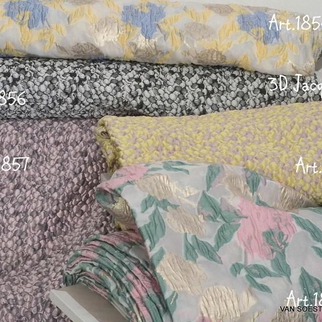 Couture 3D Blumen Organza Jacquard in Vanille - Gold - Bleu | Ansicht: Couture 3D Blumen Organza Jacquard in Vanille - Gold - Bleu