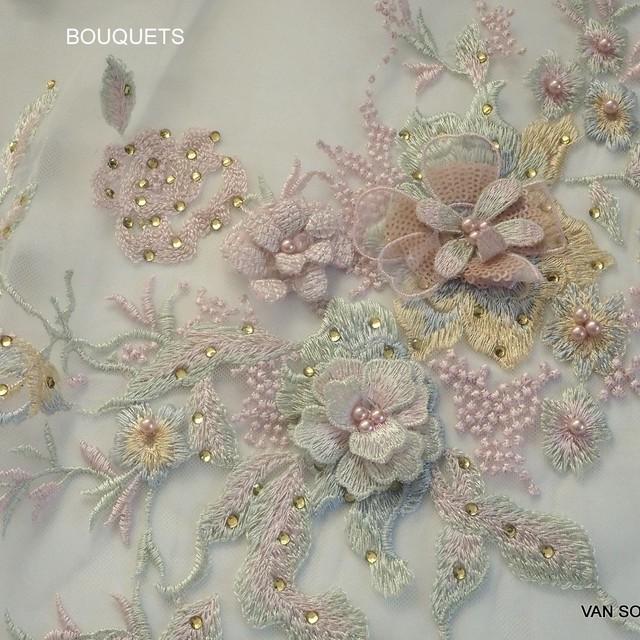 Couture 3D Pastell Spitze mit Perlen und farbiger Strass auf Creme Tüll