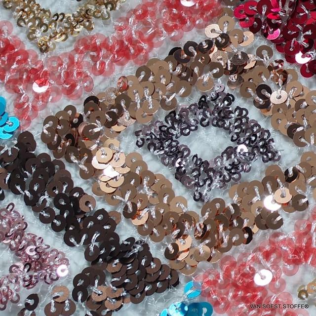 Couture 3D Rauten Pailletten-Stickerei mehrfarbig auf cremefarbenem Tüll   Ansicht: Couture 3D Rauten Pailletten-Stickerei mehrfarbig auf cremefarbenem Tüll