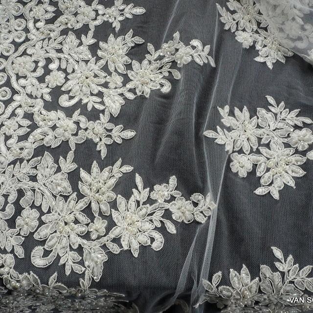 Couture Blumenboucquets mit Perlen, Stäbchen und mini Pailletten Ton in Ton | Ansicht: Couture Blumenboucquets mit Perlen, Stäbchen und mini Pailletten Ton in Ton