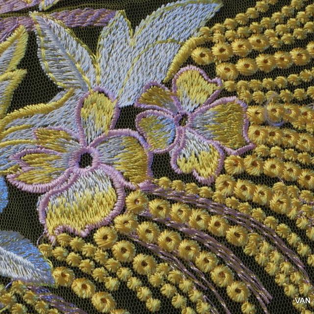 Couture Guipure Bordüren Spitze auf gelbfarbenem Tüll und Rosa-weiße Blumen