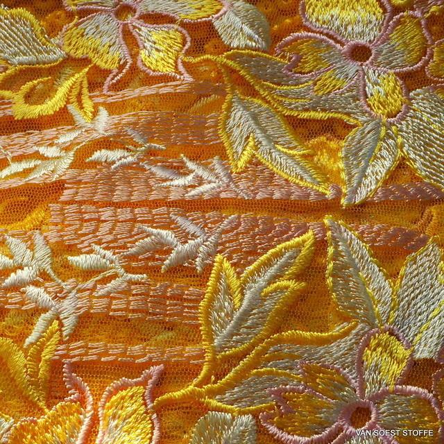 Couture Guipure Bordüren Spitze auf gelbfarbenem Tüll und Rosa-weiße Blumen | Ansicht: Couture Guipure Bordüren Spitze auf gelbfarbenem Tüll
