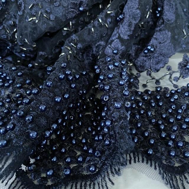 Couture Perlen & Stäbchen Blümchen Stickerei in Dunkelblau | Ansicht: Couture Perlen & Stäbchen Blümchen Stickerei in Dunkelblau