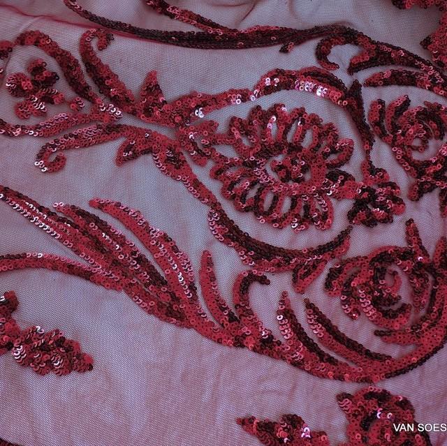 Couture Spitze mit Burgund Mini Pailletten auf burgundfarbiger soft Tüll | Ansicht: Couture Spitze mit Burgund Mini Pailletten auf burgundfarbiger soft Tüll
