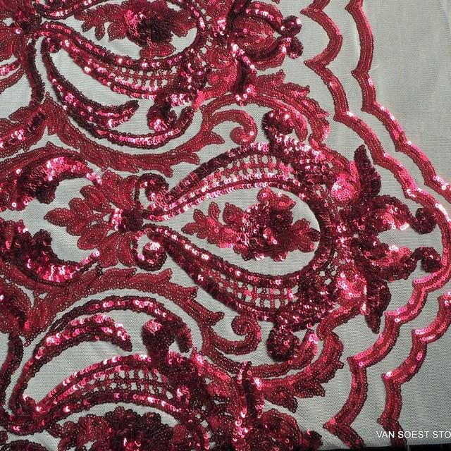 Couture Spitze mit Burgund rote Mini Pailletten auf hautfarbener soft Tüll.