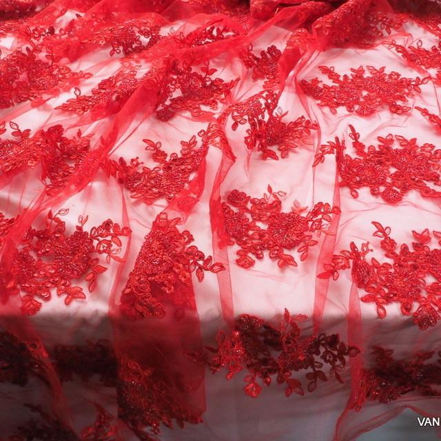 Couture Spitze mit Stäbchen, Perlen und Ton-in-Ton Pailletten bestickter Tüll in Rot