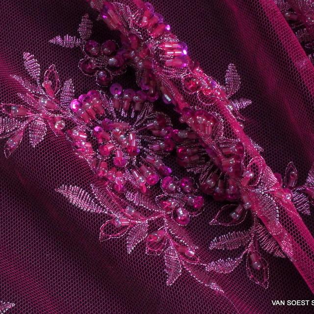 Couture Stäbchen und mini Pailletten in Magenta-Silber auf Ton in Ton Tüll | Ansicht: Couture Stäbchen und mini Pailletten in Magenta-Silber auf Ton in Ton Tüll