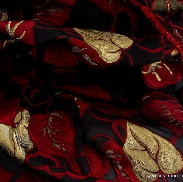 Dallas Couture Gold-Lamé Blätter Jacquard in Rot - Gold - Schwarz | Ansicht: Dallas Couture Gold Lamé Blätter Jacquard in Rot - Gold - Schwarz