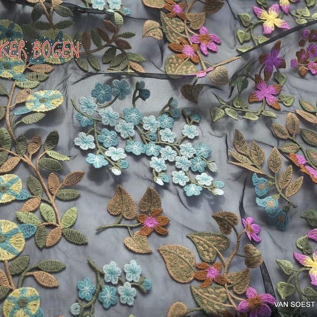 Designer Ranken und Blumen Stickerei auf Schwarzen Feintüll | Ansicht: Designer Ranken und Blumen Stickerei auf Schwarzen Feintüll