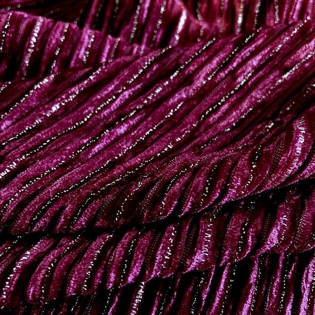 Designer Stretch Samt Plissee mit silbernen Lurexfäden in Fuchsia