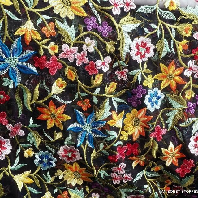 Flower Power Stickerei auf Schwarzen Stretch Tüll.