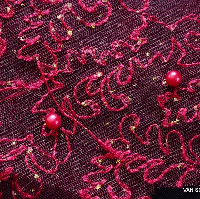 Gold Glitterstickerei mit Perlen auf Burgundfarbigen Tüll | Ansicht: Ton in Ton Gold Glitterstickerei mit Perlen auf Burgundfarbigen Tüll