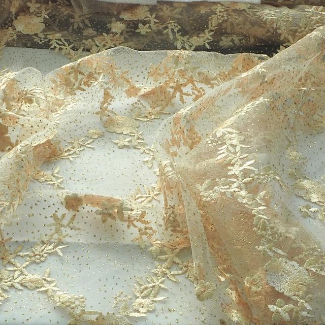 Goldene Blumen- und Rankenstickerei mit Goldglitterdots auf Gold farbigem Tüll | Ansicht: Goldene Blumen- und Rankenstickerei mit Goldglitterdots auf Gold farbigem Tüll
