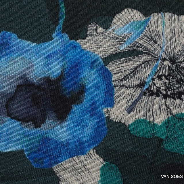 Grün-Blauer Blumen Fantasie auf feiner Strick Stoff