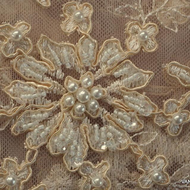Haute Couture hautfarbiger Bogen Spitze mit Perlen und Stäbchen bestickt.