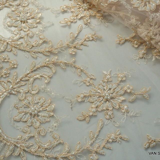 Haute Couture hautfarbiger Bogen Spitze mit Perlen und Stäbchen bestickt. | Ansicht: Haute Couture hautfarbener Bogen Spitze mit Perlen und Stäbchen bestickt.