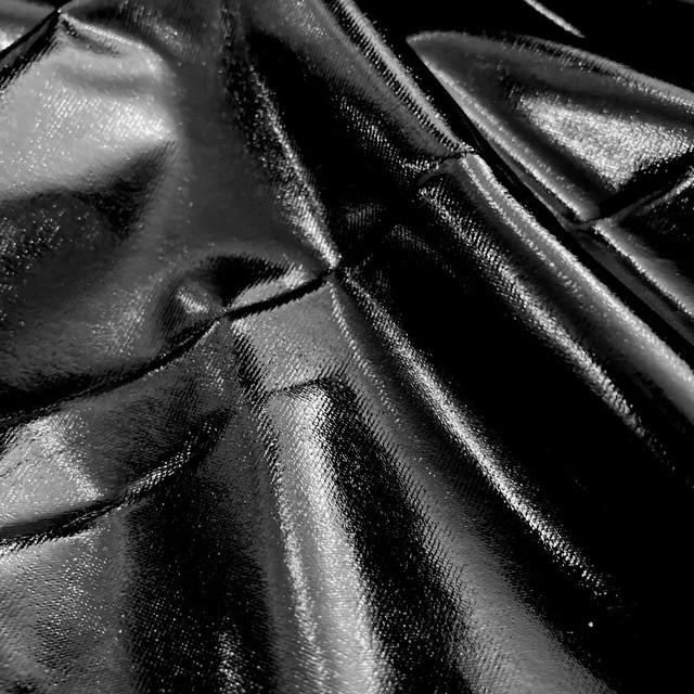 High Stretch Black Vinyl Shiny look -  slightly crincled auf schwarzem Jersey   Ansicht: High Stretch Black Vinyl Shiny look -  slightly crincled auf schwarzem Jersey
