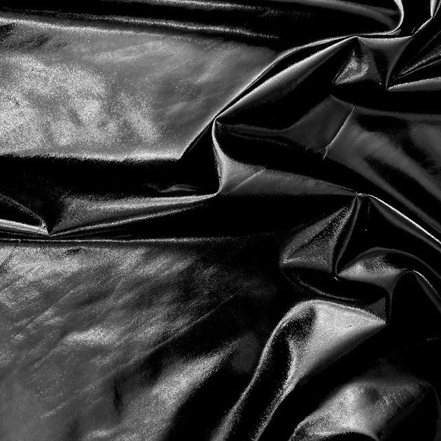 High Stretch Black Vinyl Shiny look -  slightly crincled auf schwarzem Jersey