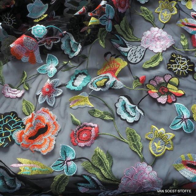 Hochfarbiger Blumenregen Stickerei auf feinem schwarzen Tüll