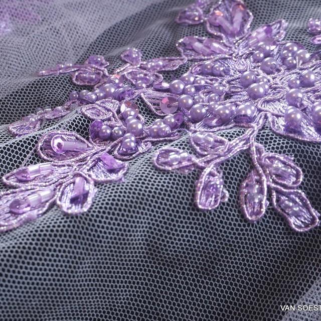 Schwere Lila 3D Spitze mit Lila Perlen Stäbchen und lila mini Pailletten | Ansicht: Schwere Lila 3D Spitze mit Lila Perlen Stäbchen und lila mini Paille
