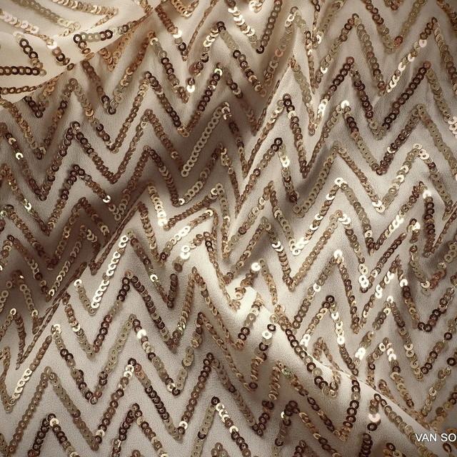 Pailletten Fischgrat Gold auf cremefarbiger Crepe | Ansicht: Pailletten Fischgrat Gold auf cremefarbiger Crepe