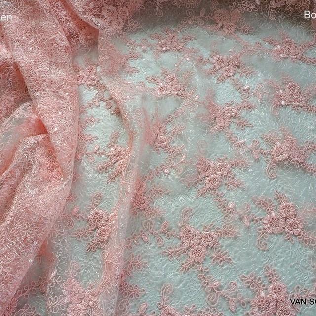 Rosa Bogenspitze mit durchsichtige Mini Pailletten auf Jacquard Tüll | Ansicht: Rosa Bogenspitze mit durchsichtige Mini Pailletten auf Jacquard Tüll