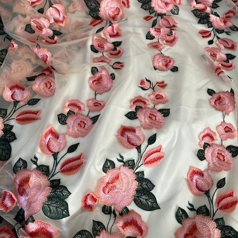 Rosen & Blätter Stickerei in Rot,Grün,Rosa & Rot - auf Nude farbenem Tüll | Ansicht: Rosen & Blätter Stickerei in Rot,Grün,Rosa & Rot - auf Nude farbenem Tüll