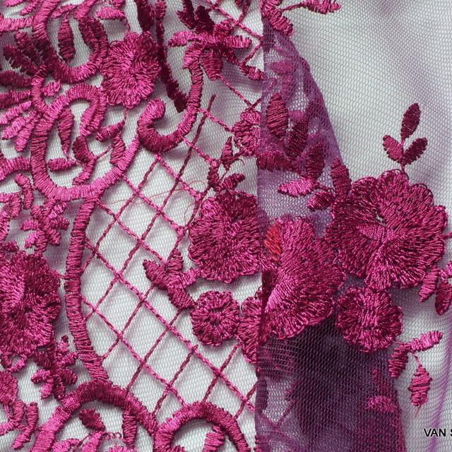 Schürzen Blumen Spitze in Magenta auf Magenta Tüll