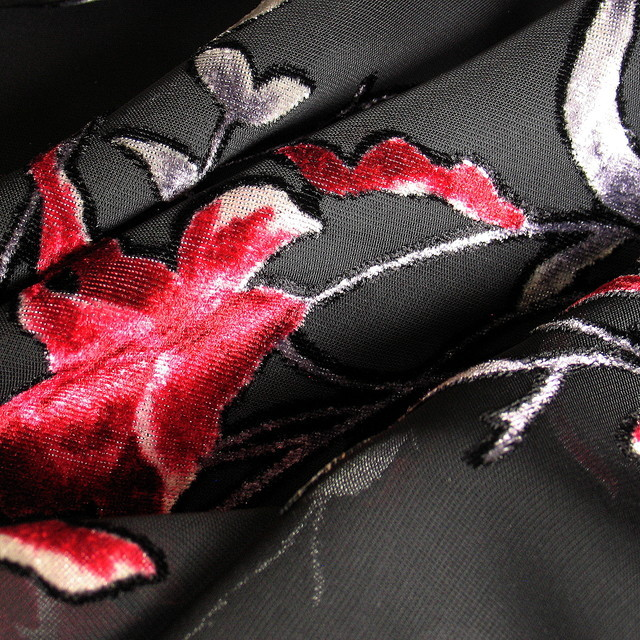 Seiden Samt Ausbrenner Ranken Blümchen in Schwarz Dunkelrot Grau | Ansicht: Ausbrenner Ranken Blümchen in Schwarz Dunkelrot Grau