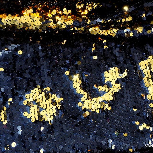 Stretch Zauber Pailletten in Schwarz + Gold glänzend auf Feinjersey | Ansicht: Stretch Zauber Pailletten in Schwarz + Gold glänzend auf Feinjersey