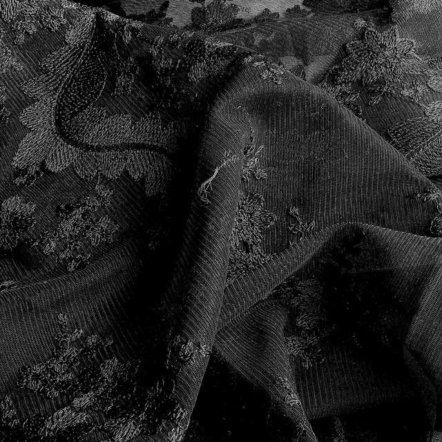 Tiefschwarzer Bogen Blumen Spitze auf Tüll.   Ansicht: Tiefschwarzer Bogen Blumen Spitze auf Tüll.