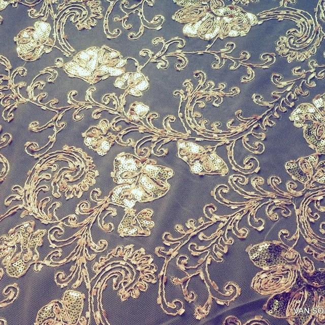 Ton in Ton Kordel Stickerei mit goldenen mini Pailletten auf bronzen Tüll. | Ansicht: Ton in Ton Kordel Stickerei mit gold mini Pailletten auf bronze Tüll