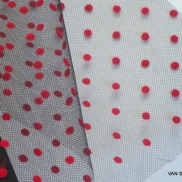 Tupfen geflockter Tüll in Scharlach Rot auf schwarzen Tüll. | Ansicht: Tupfen beflocker schwarzen Tüll in Scharlach Rot