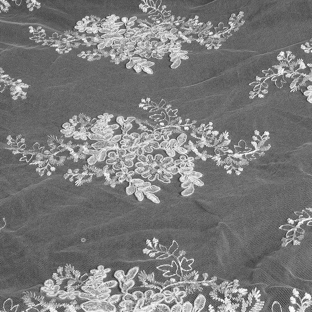 Weiße Blumenspize mit mini matt Pailletten auf Tüll | Ansicht: Weiße Blumenspize mit mini matt Pailletten auf Tüll