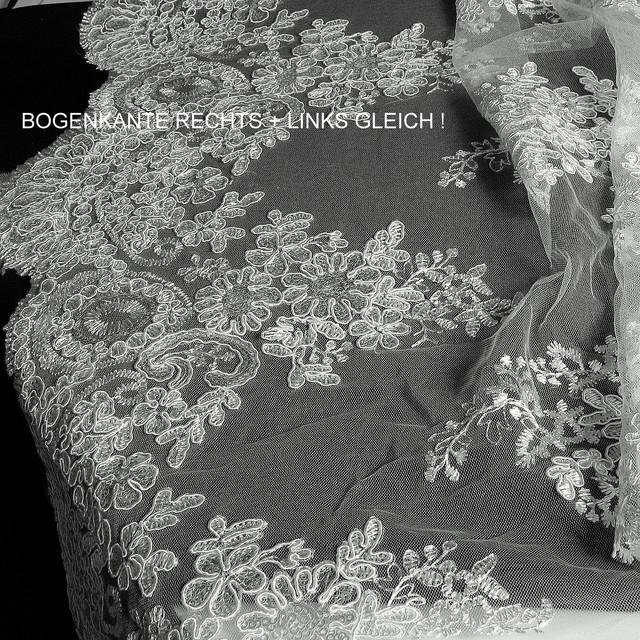 Weiße Blumenspize mit mini matt Pailletten auf Tüll