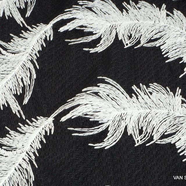 Weiße Federn auf schwarzen Fantasie Tüll | Ansicht: Weiße Ferdern auf schwarzen fantasie Tüll