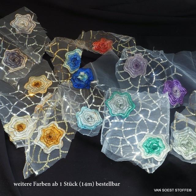 abstrakte rote 3D Blumen auf einem silbernen Paillettennetz auf weißem Tüll   Ansicht: abstrakte rote 3D Blumen auf einem silbernen Paillettennetz auf weißem Tüll