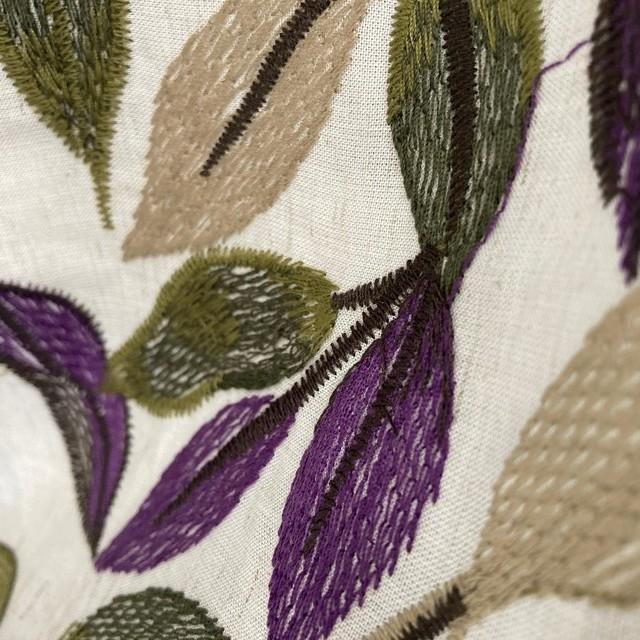 besticktes beiges Leinenmischgewebe mit schönem Blätterdessin in Grün Lila | Ansicht: besticktes beiges Leinenmischgewebe mit schönem Blätterdessin in Grün Lila