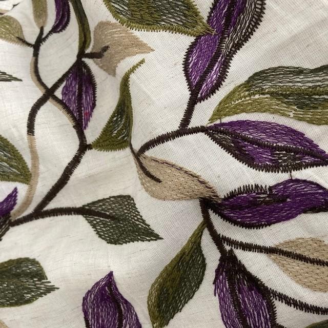 besticktes beiges Leinenmischgewebe mit schönem Blätterdessin in Grün Lila